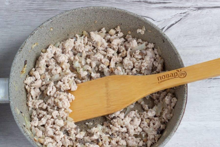 Затем добавьте фарш, посолите и обжаривайте до готовности мяса.