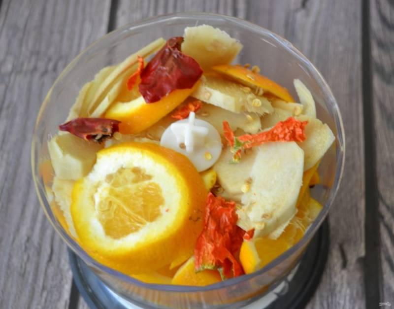 Выложите в блендер имбирь, лимон, апельсин, острый перец.