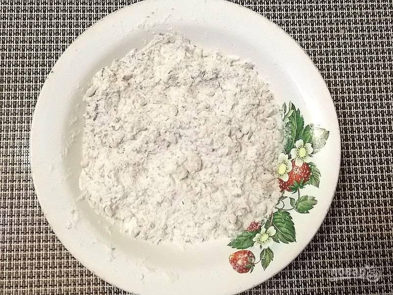 Перемешайте молотые орехи, муку, разрыхлитель и ванилин.