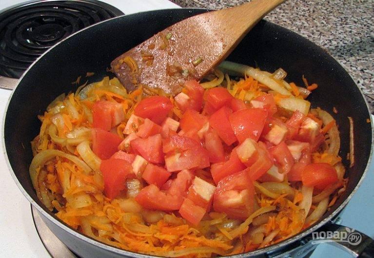 6. Томаты нарежьте на крупные кусочки и добавьте к остальным овощам, посыпьте красным перцем и солью по вкусу. Оставьте тушиться на 5 минут.