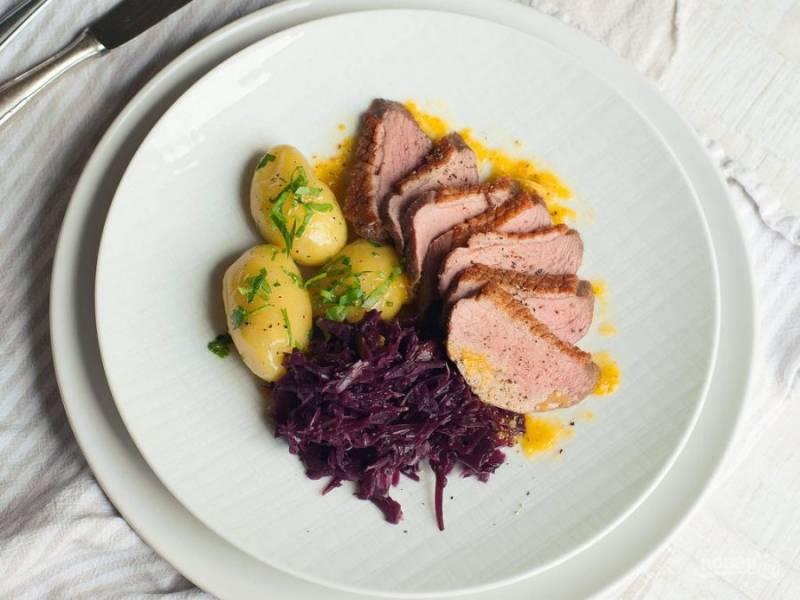 Подавайте нарезанную утиную грудку с гарниром из капусты и картофеля. Сверху влейте соус. Приятного аппетита!