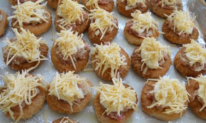 Посыпьте тертым сыром. Отправьте в духовку, разогретую до 180 градусов, на 30 минут.