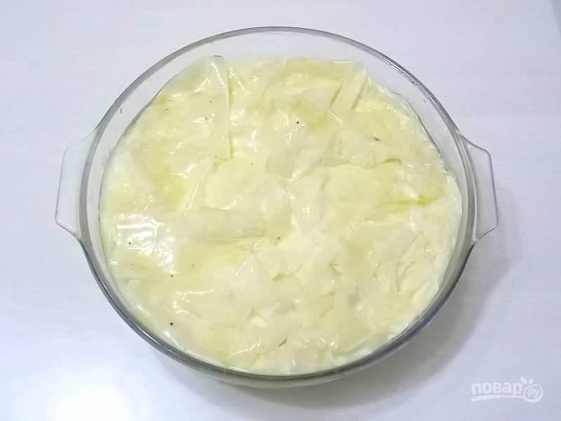 Накройте свисающими краями и смажьте тесто растопленным маслом.