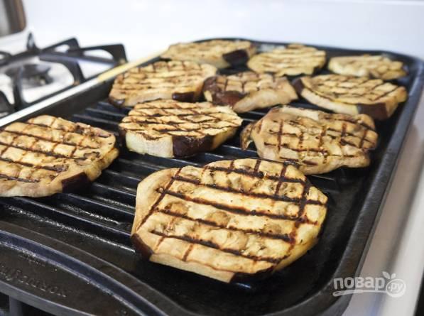 Обсушите баклажан и смажьте маслом. Разогрейте гриль и обжарьте с двух сторон до красивых полосок.