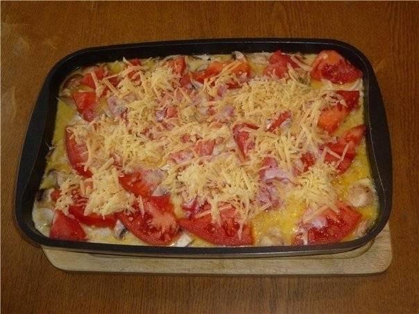 6. В самом конце выкладываем помидоры, посыпаем все тертым сыром и ставим  в разогретую до 180 градусов духовку.