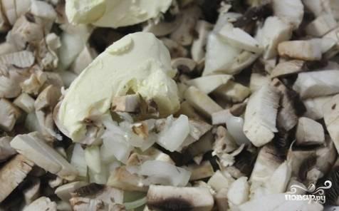 Обжарьте шампиньоны и лук на сливочном масле, оставив половину масла для соуса.