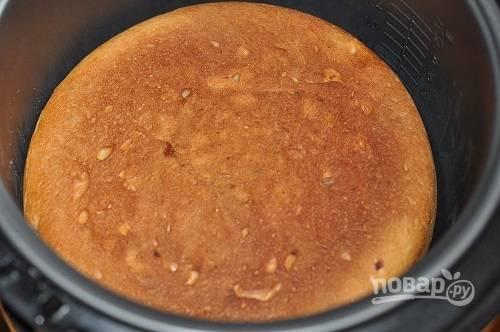 8. После того как пирог готов, аккуратно переверните его и оставьте еще минут на 15-20 на подогреве, чтобы он подрумянился с другой стороны.