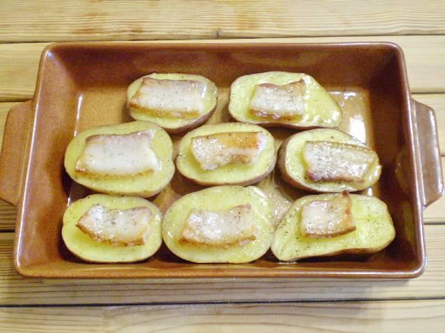 8. Картофель готов. Порежьте мелко листья чеснока и посыпьте щедро картошку с салом. Приятного!