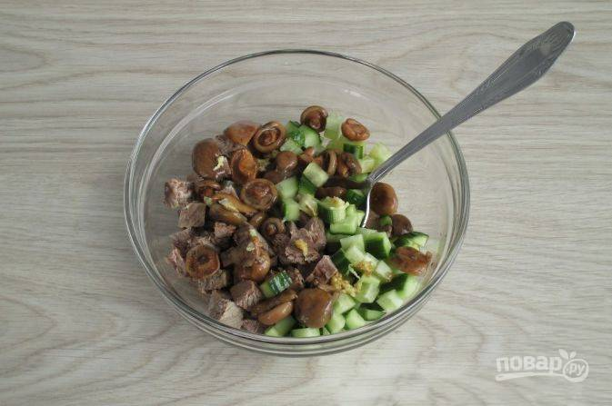 Соедините все компоненты, добавьте измельченный чеснок, добавьте маринованные грибы, соевый соус, перемешайте.