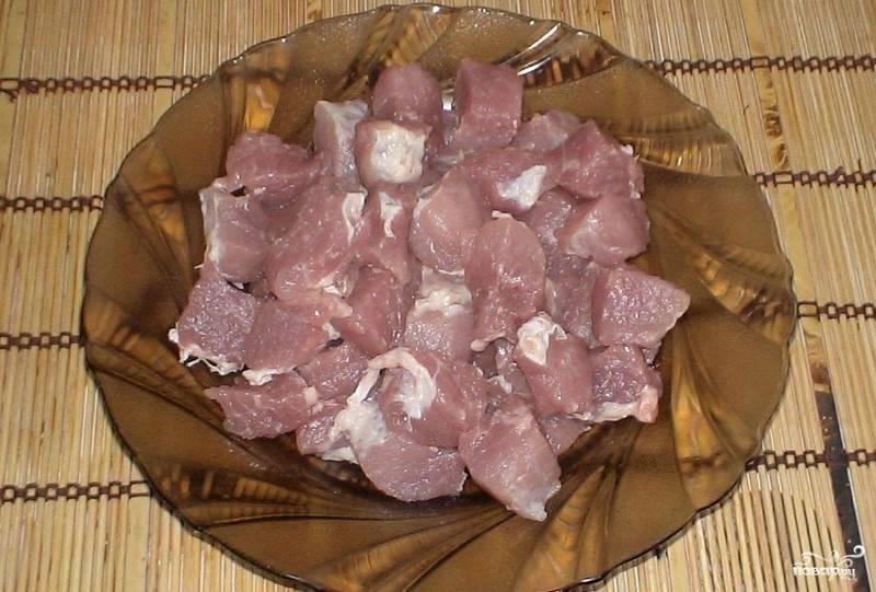 Мясо помойте, нарубите средними кусочками. Я использую свинину, но можно брать и говядину.