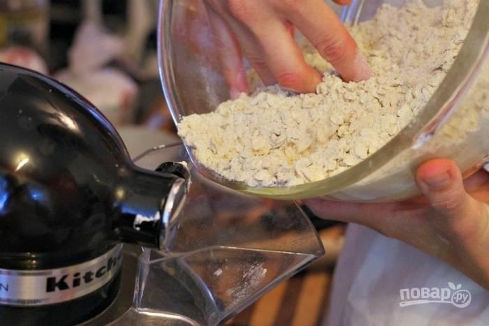 3. Отдельно соедините овсяные хлопья с мукой, солью и разрыхлителем. Продолжая взбивать, добавьте сухие ингредиенты и ванильный экстракт.