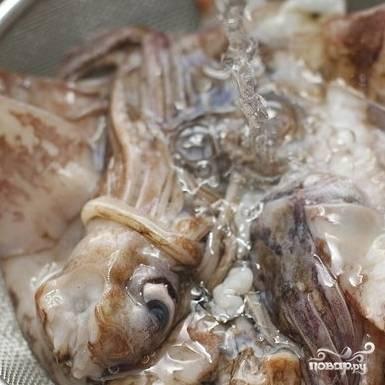 2. Кальмаров очистите и промойте.