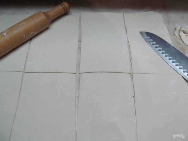 Достаем тесто из холодильника и раскатываем в тонкий пласт толщиной 0,3 см. Отрезать неровные края. Прямоугольник должен быть примерно - 44 на 36 см. разрезать тесто вдоль на 2 части, потом поперек на 2 части и еще каждую на 2 части.