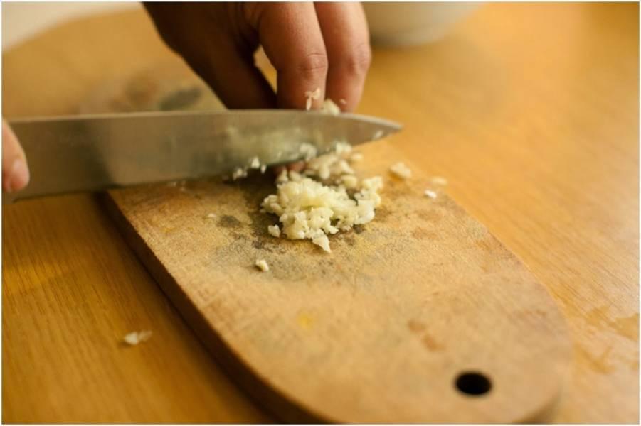 2. Мелко режем чеснок, добавим его к курице. Также добавим соль и грузинские приправы на ваш вкус. Хорошо перемешаем, пусть немного постоит, пропитается.