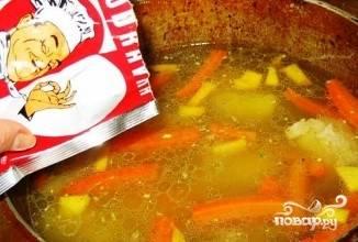 Картофель добавить и варить 20 минут. Добавьте специй.