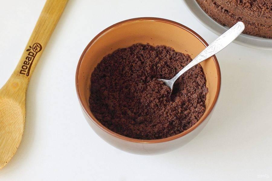 Измельчите срезанную шапку в крошку и обсыпьте бока торта.