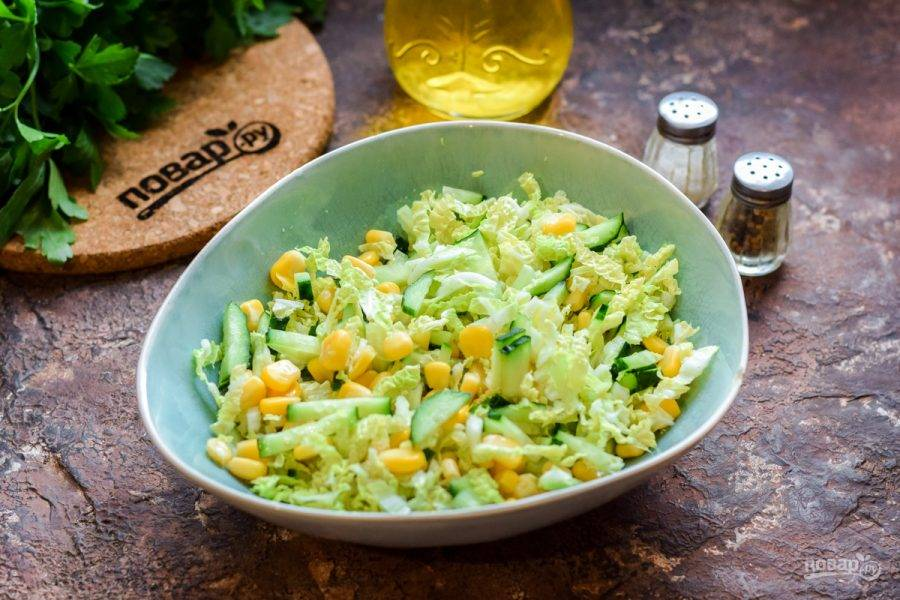 Заправьте салат растительным маслом, добавьте соль и перец по своему вкусу. Перемешайте все ингредиенты и сразу подавайте салат к столу.