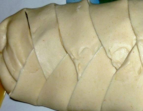 8. И вскоре капустная кулебяка в домашних условиях будет готова к выпечке. При желании верх можно смазать взбитым желтком.