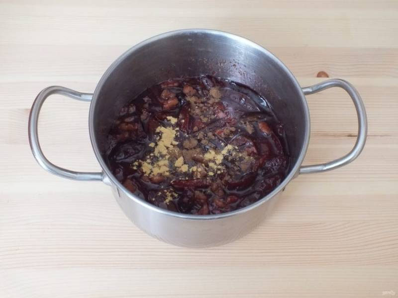 По истечении времени добавьте в варенье имбирь и корицу. Перемешайте и подержите еще на малом огне 3 минуты.  Снимите.