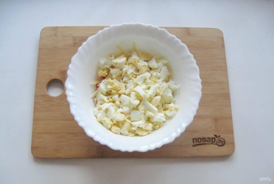 4. Яйца сварите вкрутую, охладите, очистите и нарежьте кубиками.