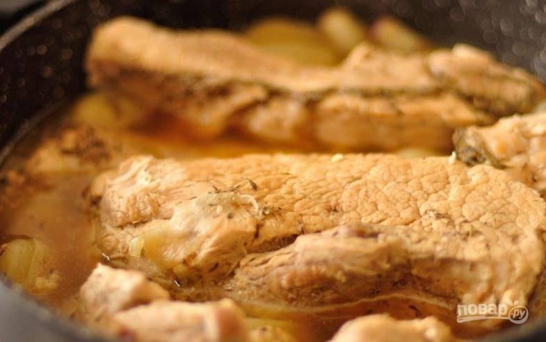 Переложите к шалоту свинину, залейте куриным бульоном, добавьте сушеный тимьян. Доведите до кипения бульон, уменьшите огонь и накройте крышкой. Тушите полтора часа.
