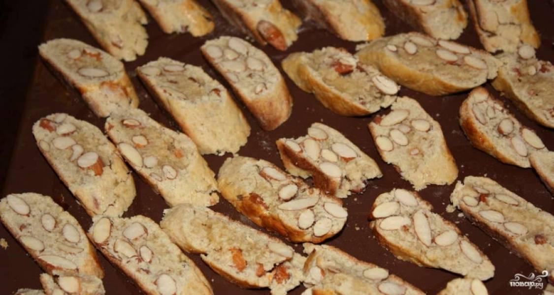 4.Готовые колбаски достаем из духовки, нарезаем тонкими ломтиками и отправляем обратно в духовку на 10 минут. Приятного аппетита!