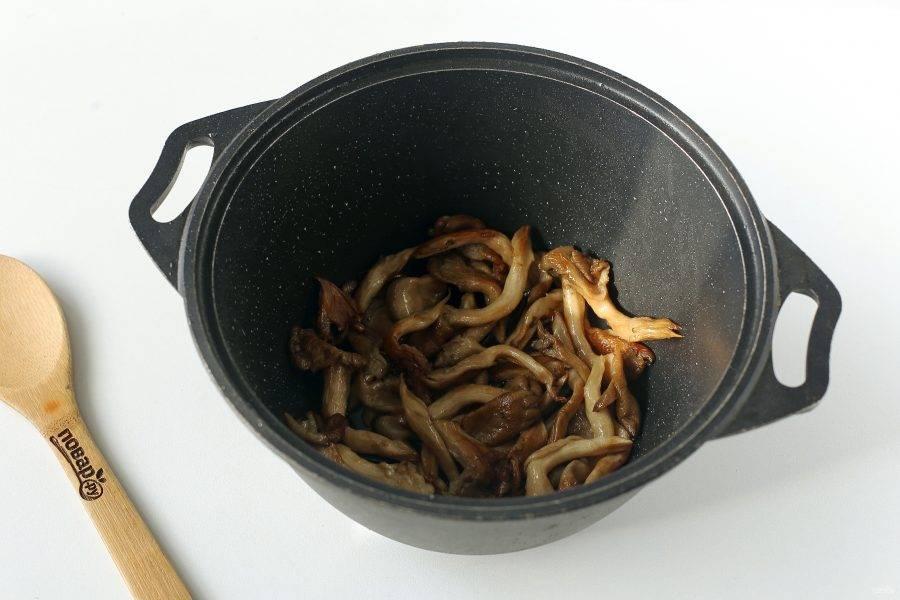 Разогрейте в казане масло, выложите грибы и обжаривайте с открытой крышкой на среднем огне периодически помешивая до золотистого цвета.
