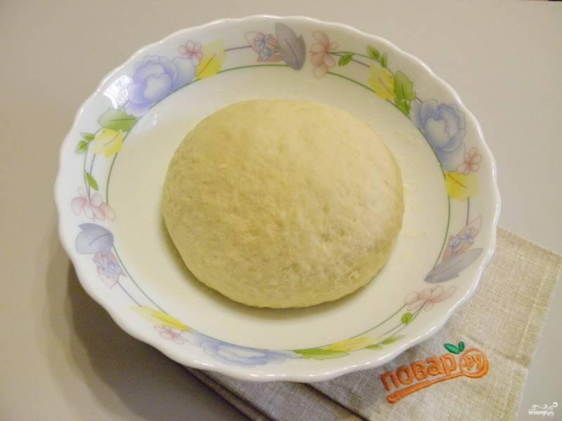 В процессе замеса введите в тесто 100 гр мягкого масла. Вымешайте тесто, оно не должно липнуть к рукам и должно быть мягким и пластичным. Накройте чистой салфеткой и уберите в теплое место без сквозняков на 1 час.