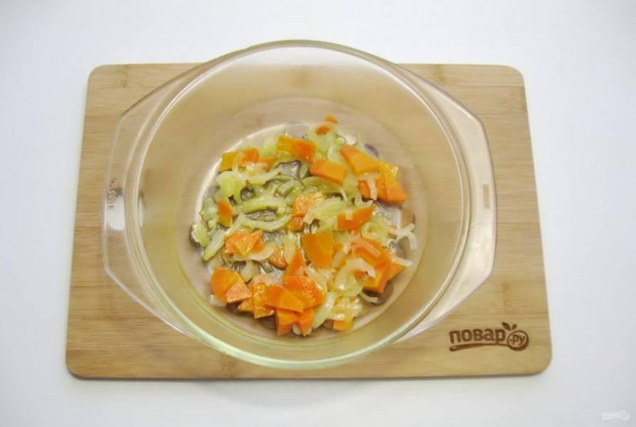 Выложите морковь и лук в огнеупорную форму.