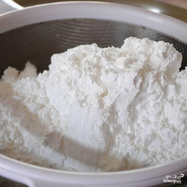 Сахарную пудру при помощи сита с мелкими отверстиями просеиваем в массу. Просеивать нужно очень качественно, иначе крем не получится.