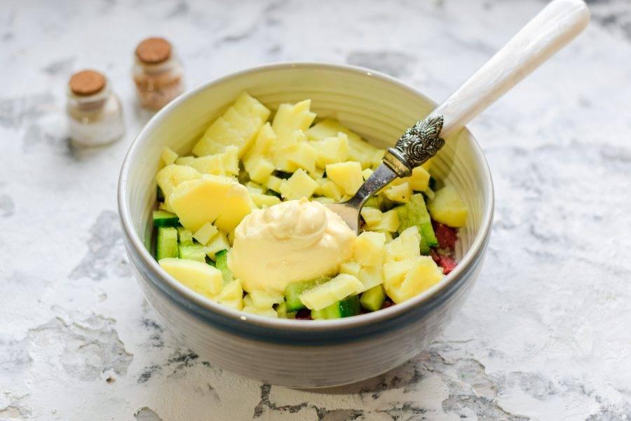 Заправьте салат майонезом, соль и перец добавьте по вкусу.