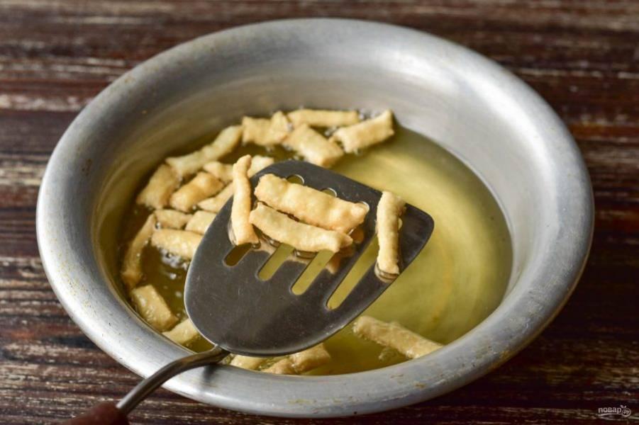 В растительном масле обжарьте до золотистого цвета частями все кусочки теста.