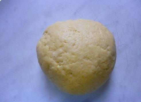 5. Добавлять муку до тех пор, пока не получится крутое тесто, которое не будет липнуть к рукам.