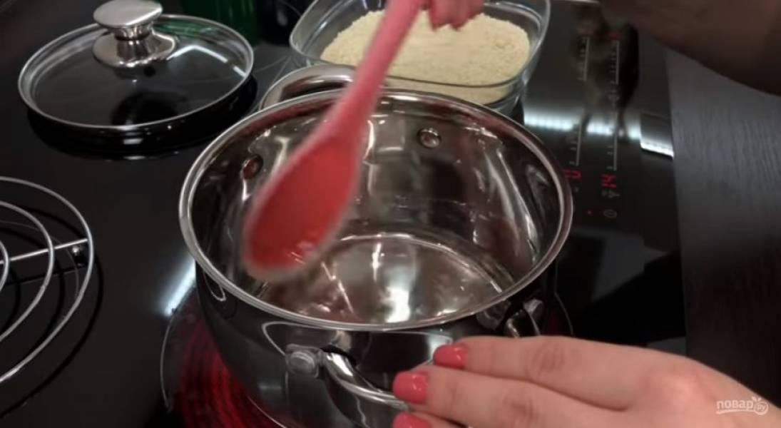4. Накройте тесто пленкой и оставьте в теплом месте на 1-1,5 часа.  Приготовьте начинку: в кастрюлю с плотным дном вылейте инвертный сироп, доведите почти до кипения и снимите с огня.