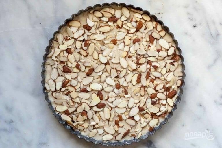 6.Нарежьте миндаль. Равномерно посыпьте нарезанный миндаль поверх теста. Охладите тесто в течение 30 минут, если будете охлаждать дольше, то накройте его пищевой пленкой.