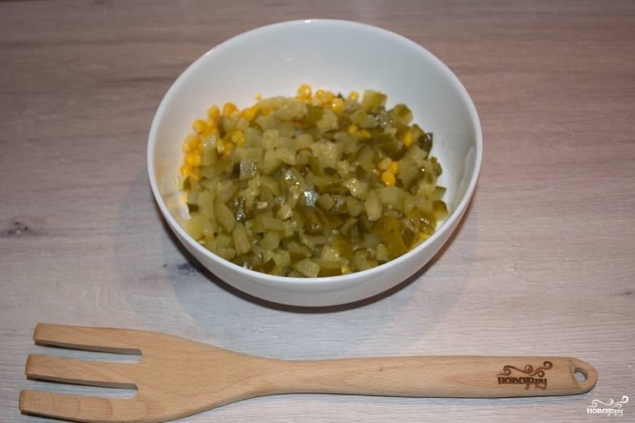 Маринованный огурчик нарезать мелким кубиком. Рекомендую использовать мелкую нарезку продуктов, что дает салату аккуратность и приятную консистенцию.