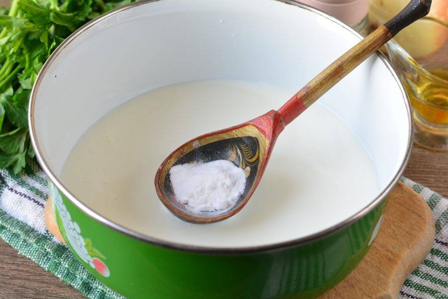 Влейте простоквашу в емкость для замеса теста. Добавьте соду и перемешайте.