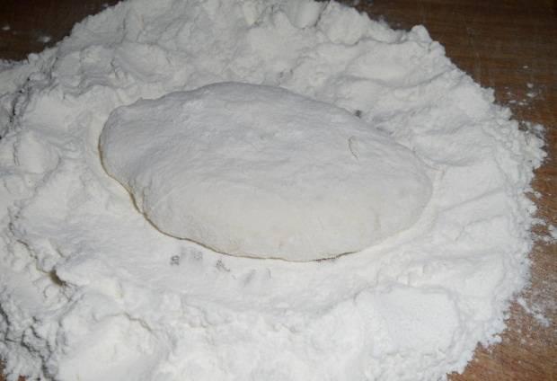 Теперь формируем пирожок, обваливая в муке.