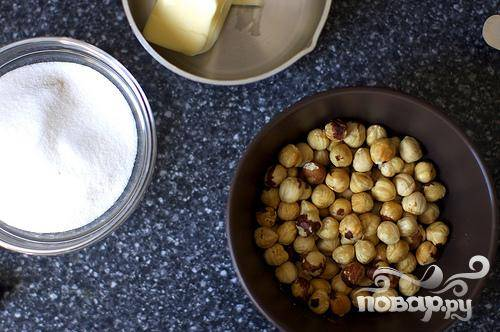 1. Растопить и слегка охладить сливочное масло. Смешать орехи, сахар, муку и соль в кухонном комбайне. Будьте осторожны, чтобы не растереть смесь до получения пасты. Переложить массу в миску и размешать с маслом и яйцом. Накрыть тесто полиэтиленом и поставить в холодильник примерно на 30 минут.