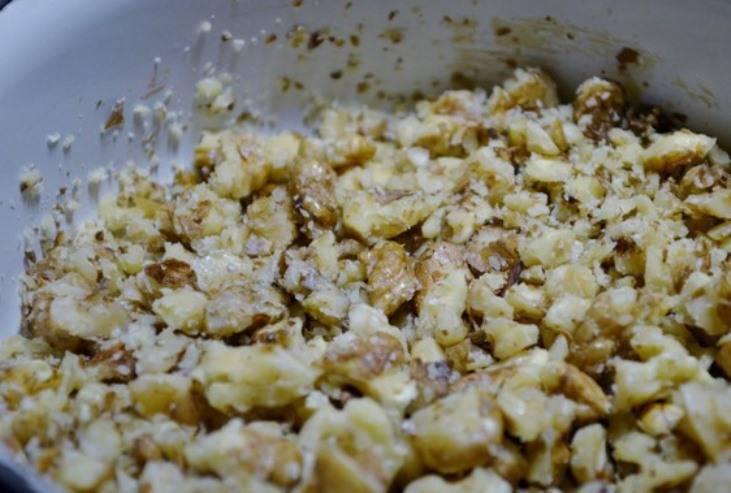 Потолките в ступке грецкие орехи с перцем горошком.