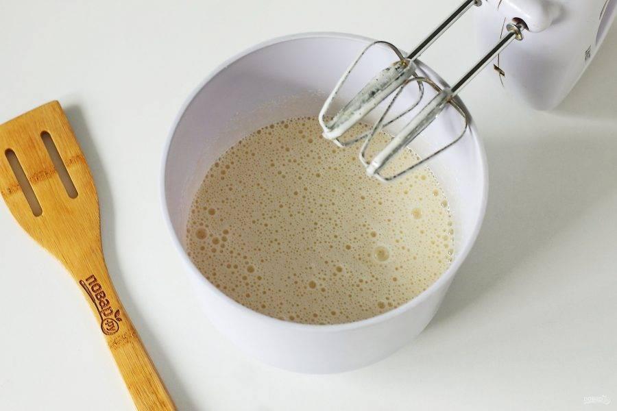 Яйца взбейте с сахаром.