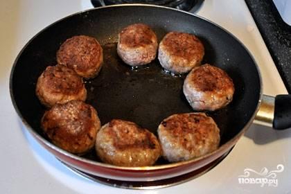 Обжарить котлеты с двух сторон до золотистого цвета. Добавить в сковороду воду и тушить на слабом огне 20 минут.