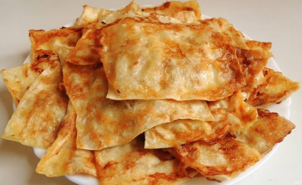Готовые гренки из лаваша подавайте с соусами, зеленью или наоборот со сладкой начинкой. Приятного аппетита!