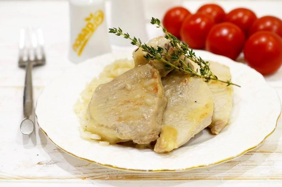 8. Подавайте мясо вместе с подливой. Приятного аппетита!