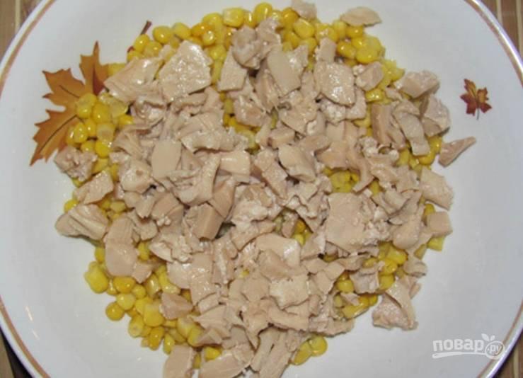 Консервированные шампиньоны нарезаем и добавляем к кукурузе.