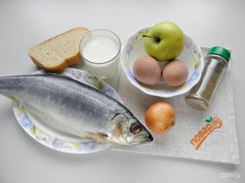 Подготовьте продукты — и приступим. Яйца отварите в течении 9 минут, остудите под ледяной водой и снимите скорлупу. Очистите луковицу.