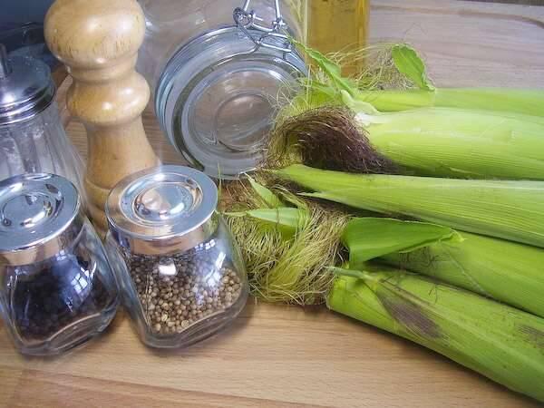1. Это, можно сказать, классический рецепт маринованной молодой кукурузы на зиму, однако, с несколькими интересными дополнениями. При желании кориандр можно заменить гвоздикой, например.