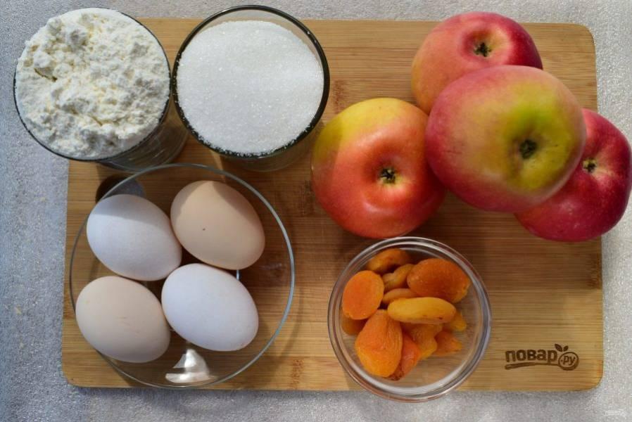 Подготовьте необходимые продукты. Яблоки вымойте, курагу замочите в кипятке на 20 минут.