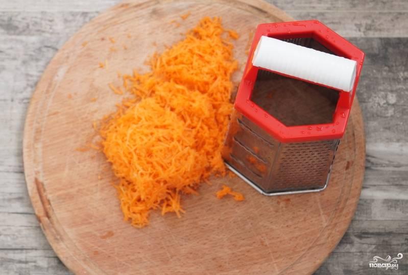 Морковь промываем, очищаем и трем на мелкой терке.