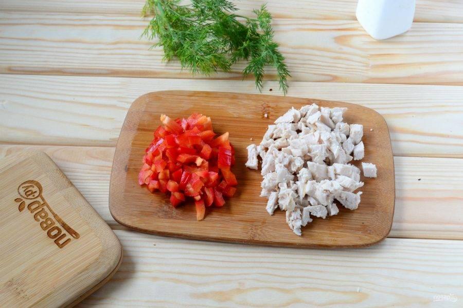 Тем временем подготовьте начинку. В принципе, начинку можете брать любую, но если вы хотите сделать полностью в соответствии с принципами правильного питания, то не используйте майонез, колбасу и другие «вредности». В качестве начинки я беру отварную куриную грудку и сладкий перец. Можно также использовать помидор, консервированную кукурузу и другие овощи.